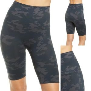 SPANX Look at Me Now Seamless Bike Shorts Size Large Camo Print